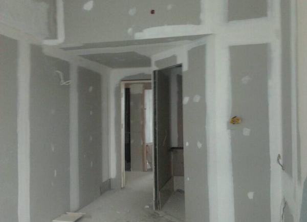 Proses pemasangan gypsum pada gedung perkantoran oleh team Empat Warna