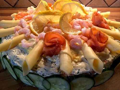 Smörgåstårta med ägg, lax och räkor