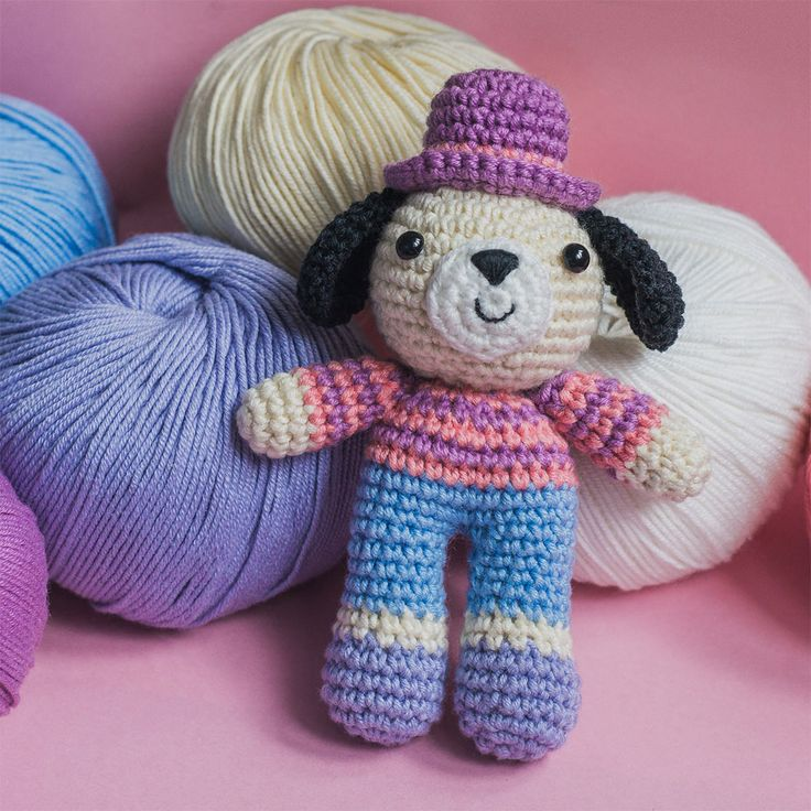 Meet Charlie the Dog who loves wearing bright striped pullovers and elegant high hats! Make a pretty keychain or rucksack pendant using this fun and easy crochet pattern.