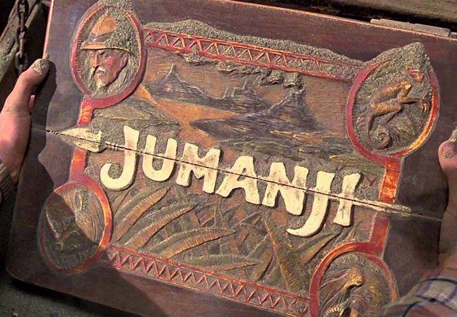 """Em um post o ator Dwayne Johnson, mais conhecido como The Rock, confirmou que em poucos dias começarão as filmagens de Jumanji 2, e ainda trouxe mais uma novidade: a nova versão do amado filme de 1996 não será um remake, mas sim uma sequência. No elenco, ao lado de The Rock, estarão os comediantes Jack Black e Kevin Hart. """"Dentro de duas semanas vou me reunir com os velhos amigos Kevin Hart e Jack Black e teremos a honra de apresentar a uma nova geração o incrível mundo de Jumanji. (Para…"""