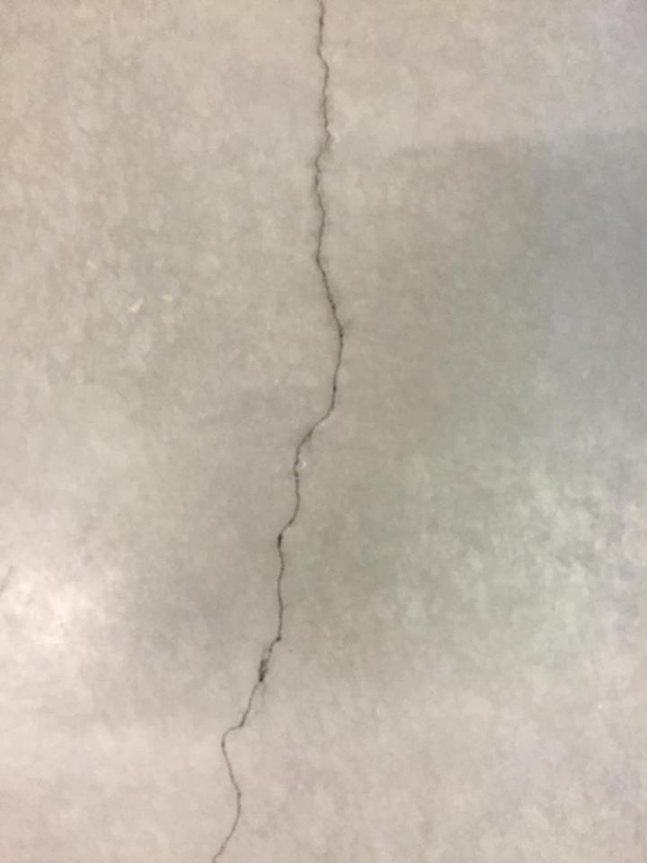 Dit is een gebroken lijn op de betonnen vloer in de gang