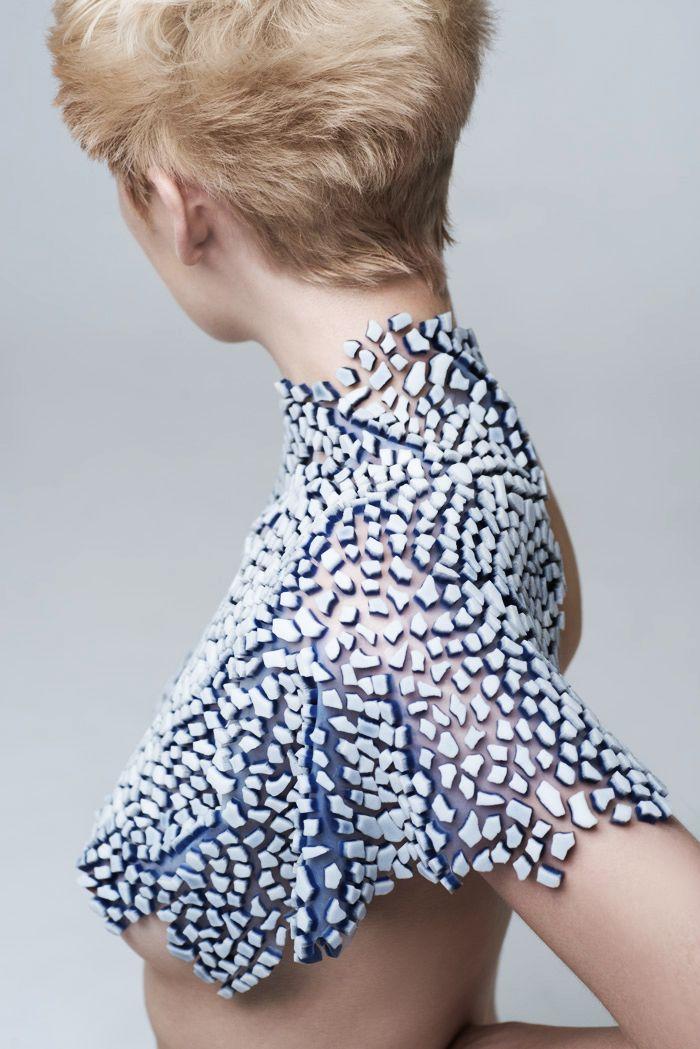 Originaire de Roumanie, Andreea Mandrescu a fondé le studio de création A.M., spécialisé dans l'ornementation textile. Le travail de la matière et le traitement des surfaces sont au cœur de son savoir-faire : à partir de dessins ou de motifs prédéfinis, A.M. réalise des appliqués en relief multi-matériaux sur mesure – principalement en silicone, mais …