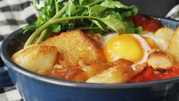 ビデオ指示付きレシピ: にんにくたっぷり、スペインのスタミナスープ! 材料: ニンニク 大1株, トマト(くし切り) 1個, バゲット(一口大に切る) 1/4本, 生ハム 50g, パプリカパウダー 小さじ1, オリーブオイル 大さじ2, 水 500ml, 顆粒コンソメスープの素 小さじ1, 塩 適量(生ハムの塩分と調節してください), 卵 1個, クレソン 少々