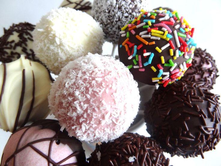 Receta: Cake Pops de chocolate y vainilla con cobertura y toppings -- Ví...
