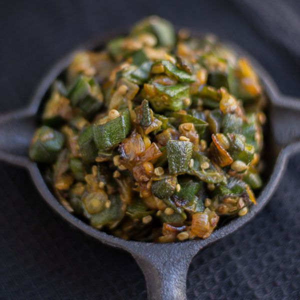 South Indian style Vendakkai Poriyal - Bhindi Fry recipe. Ladies finger / Okra roasted until brown. Dry preparation. Served for lunch. With step by step pictures.