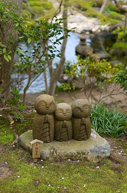 Dans la tradition des jardins zen asiatique.
