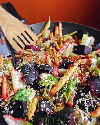 jesienna salatka z pieczonymi burakami wege