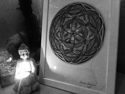 Večerní meditace ♥ Uklidňující cvičení jógy. K tomu vlastní, ručně kreslená a malovaná, relaxační a čakrová mandala ☀ Svíčky. Akvárium a pohodová hudba... Mějte hezký večer❣❣❣ SB - Mandala Art