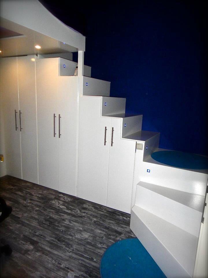Loft bed. Onze zelfgemaakte trap/kast voor vliering/hoogslaper.