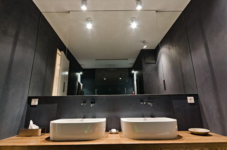 OOOOX | CORNLOFT - black bathroom with wooden desk