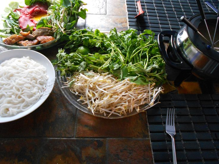 Ce plat est la spécialité de Stung Treng, une province au nord-est du Cambodge. Cette recette est une variante de la fondue khmère et utilise du lait de coco et des chiles en raison de l'Influence ...