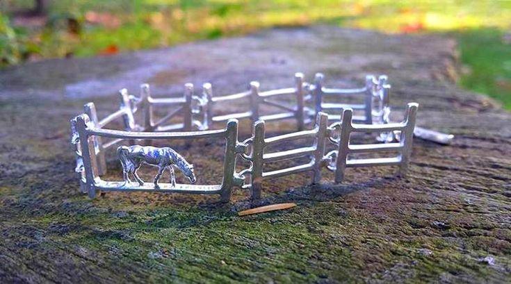 JOIA PARA USAR NO BRAÇO OU EXIBIR NO DISPLAY? – A coleção de pulseiras de prata surpreende no braço ou no expositor de joias. Reproduzem os currais de fazendas, com cercas de madeira para con…