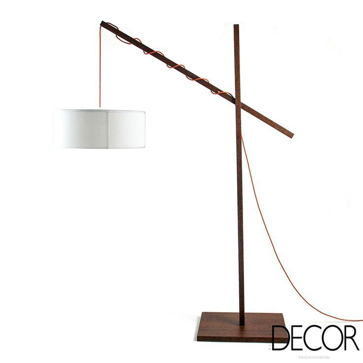 Com altura regulável, podendo traz luz tanto para um  espaço de leitura, quanto à uma mesa, a luminária Tremolina, Acierno, tem deisn inspirado em uma vara de pescar.