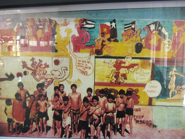 El primer gol del pueblo chileno. Mural de 24 x 5 metros, pintado por Roberto Matta junto a la brigada Ramona Parra en 1971. En dictadura fue censurado y cubierto por 16 capas de pintura. En 2005 se incia el rescate de la obra, logrando restaurar el 95% del mural. Se ubica en el Centro Cultural Espacio Matta, comuna de La Granja, Santiago, Chile. (fotografía de los 70)