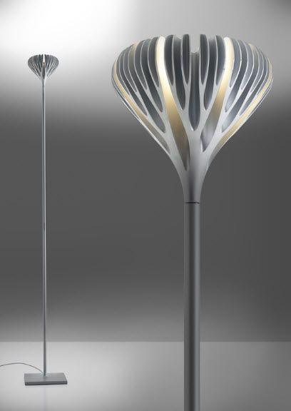 Lámpara de pie, simple, más con una pequeña particularidad en la parte superior.