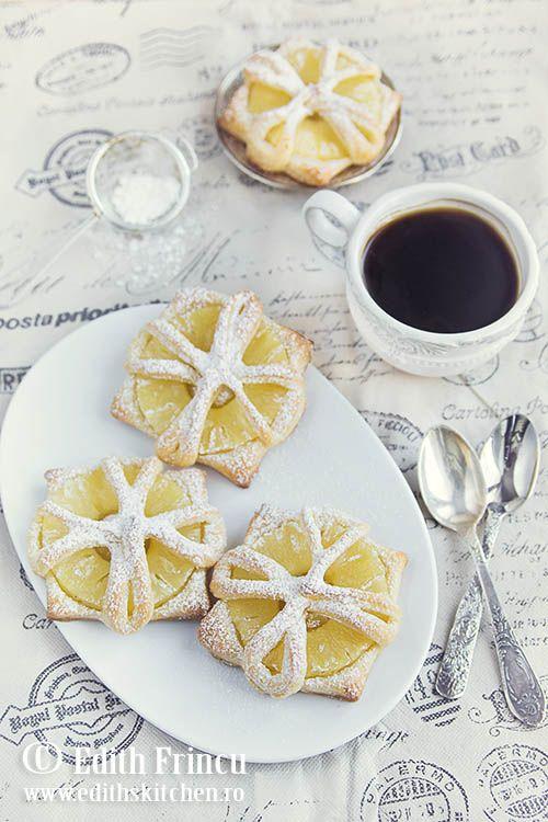 Rozete cu ananas - un desert de post cu felii de ananas in foietaj, intr-o forma atractiva si usor de realizat.