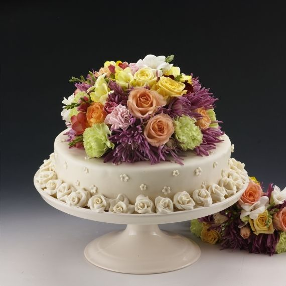 Tort w marcepanie Nie każdy klasyczny tort może wyglądać wyjątkowo. Ten może. Obłożony marcepanem, którego głównym składnikiem są migdały, podkreśli unikalną wartość chwili. Stanie się pysznym i pięknym dodatkiem w trakcie ważnych dla Państwa wydarzeń.