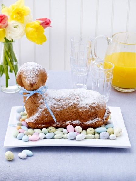 Wir haben uns verliebt - in ein zuckersüßes, liebevoll drein blickendes Lämmchen. Auf der Kaffeetafel oder dem Osterbrunch - ein selbst gebackenes Osterlamm ist neben einem selbstgebackenem Osterhasen das Highlight an den Feiertagen.