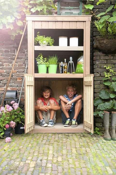 VAKKERT HAGESKAP: Et smart skap får plass i selv den minste hage eller terrasse. Dette fra Lyse Rom heter Hyacint, og har pene åpne hyller i tillegg til skapplass. Og du kan selvsagt ha annet enn barn i skapet.