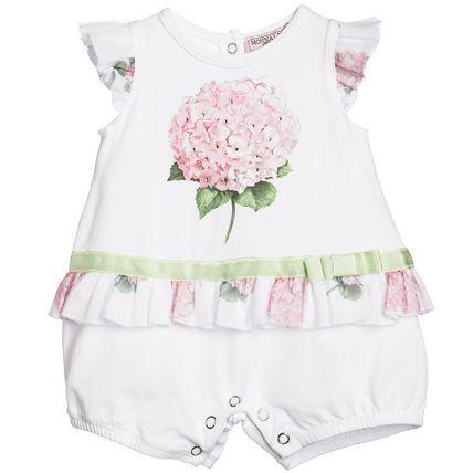 春夏2016【モナリザ】水玉あじさい花柄☆フリル裾ロンパース♪ 初夏を感じる美しいアジサイ・プリントが魅力のベビー・ショートオール♪  爽やかなホワイト生地に優しいピンク・フローラルが映える  ベビー服ながら大人っぽさも感じられるフェミニンな一着です。  キラキラ光るラインストーンがあしらわれたお花のプリントと  品に溢れるチュール・レースであしらわれたフリル・スリーブ&リボン付ウエストがポイント☆  カジュアル〜セミフォーマルまで幅広いシーンにてお召しいただけるこちらのアイテムは  春夏生まれのお子様へのご出産祝いとしても最適なベビー・ショーティーです。