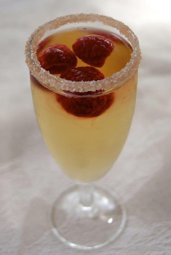 Un délicieux cocktail au champagne, très girly, et parfait pour une soirée entre filles ou un diner romantique!!! Pour un verre 3 framboises (fraiches ou surgelées) 1 cl de sirop de litchi 9 cl de champagne sirop à la rose sucre en poudre Préparation...