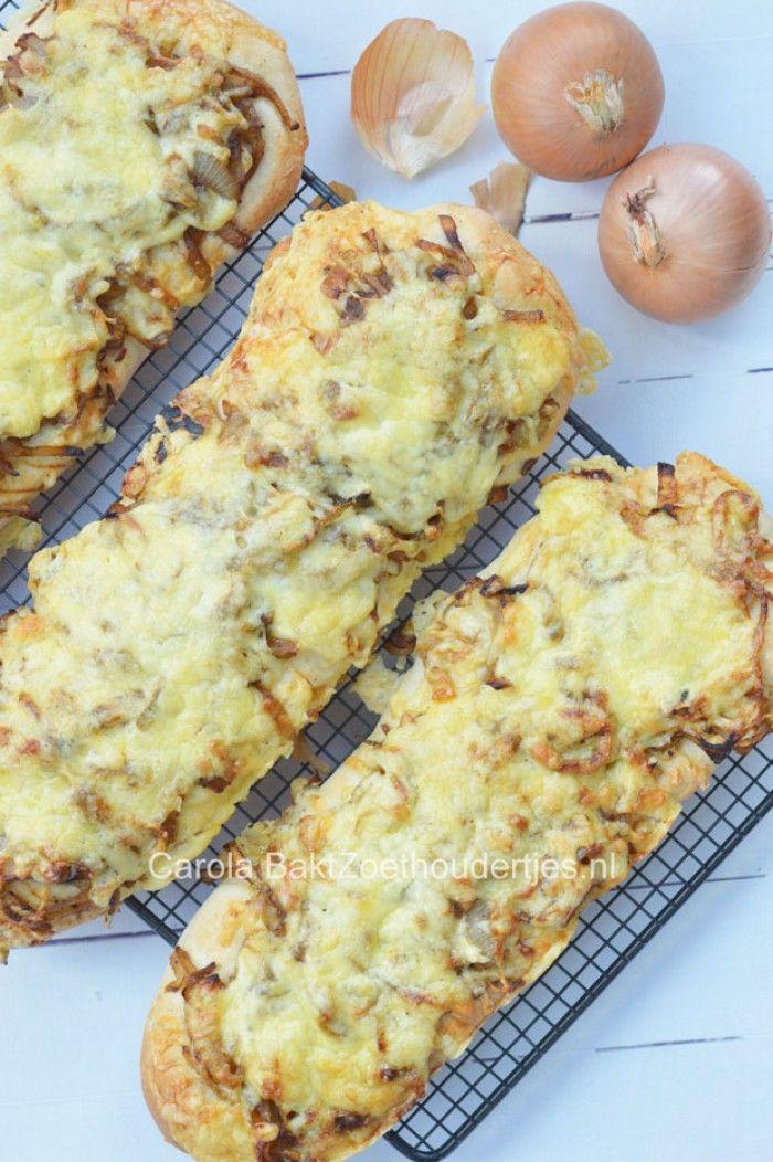 Uienbrood, mijn kinderen zijn er weg van en ongemerkt wordt er dan zomaar 900 gram uien gegeten! Met dit recept bak jij ze voortaan zelf, daar kan geen brood van de bakker tegen op! Het recept vind je bij de bron.