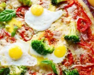 Pizza tomate, brocoli, gruyère et oeuf sur le plat : http://www.fourchette-et-bikini.fr/recettes/recettes-minceur/pizza-tomate-brocoli-gruyere-et-oeuf-sur-le-plat.html