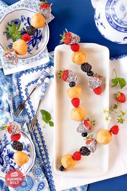Süßes #Fingerfood - #Obst-Spieß mit #Windbeuteln, sweet #partysnack  Fotografie gayer-fotografie.de