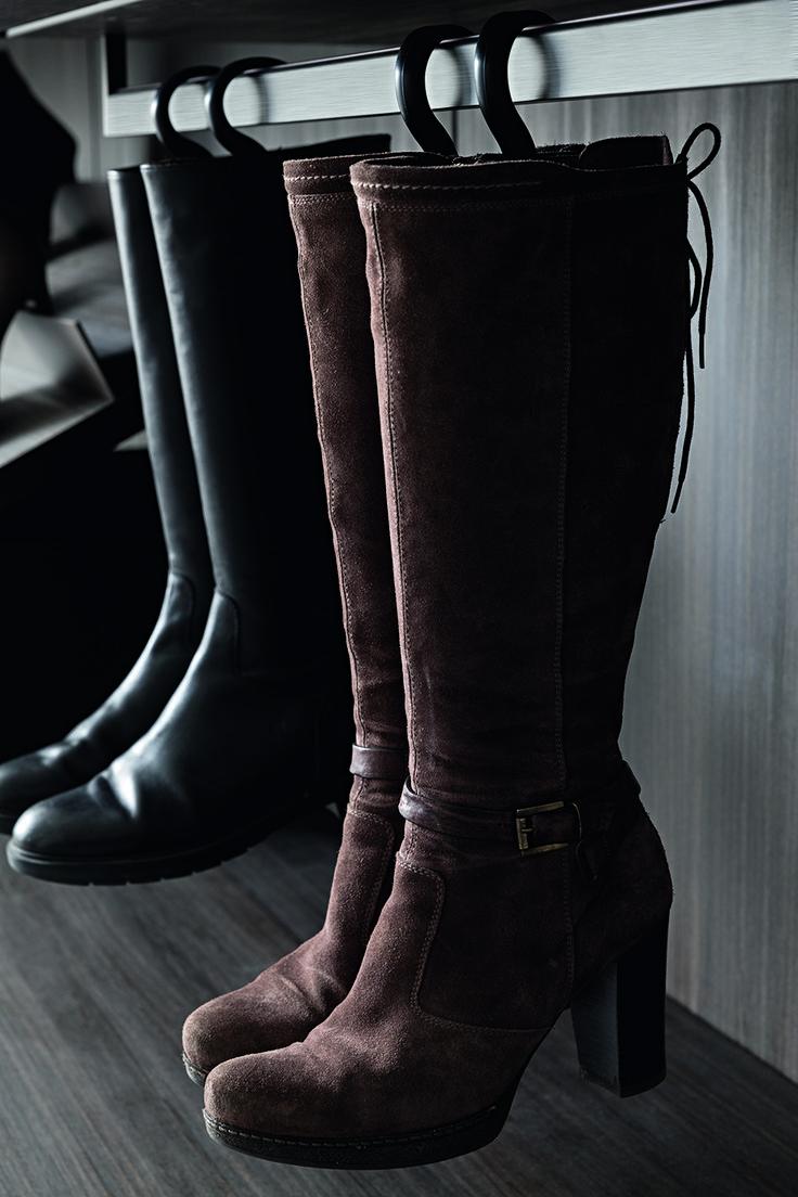 PRESOTTO | Varius walk-in-closet. Press and release boot hangers to attach to clothes rails. _ Cabina armadio Varius. Portastivali a pressione da agganciare su asta appendiabiti.