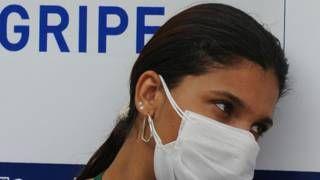 Image copyright                  Getty                  Image caption                     Una mujer usa una máscara para protegerse del virus H1N1 en Brasil. (Foto de archivo)   En los hospitales hay filas de horas por una vacuna. En las farmacias, corridas por un medicamento. Y en las calles, algunos hasta usan máscaras para evitar contagios: un brote de gripe H1N1 que ya mató 46 personas en Brasil este año causa temor en São Paulo, una de las mayores