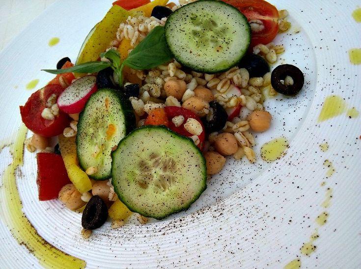 Insalata di grano, ceci e verdure