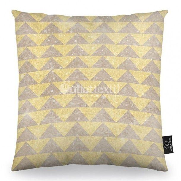 Cojín Decorativo NORDIC A Textil Design. Presenta un estampado formado por triángulos en beige y dorado. Es perfecto para combinar con la funda nórdica FOREST textil design.