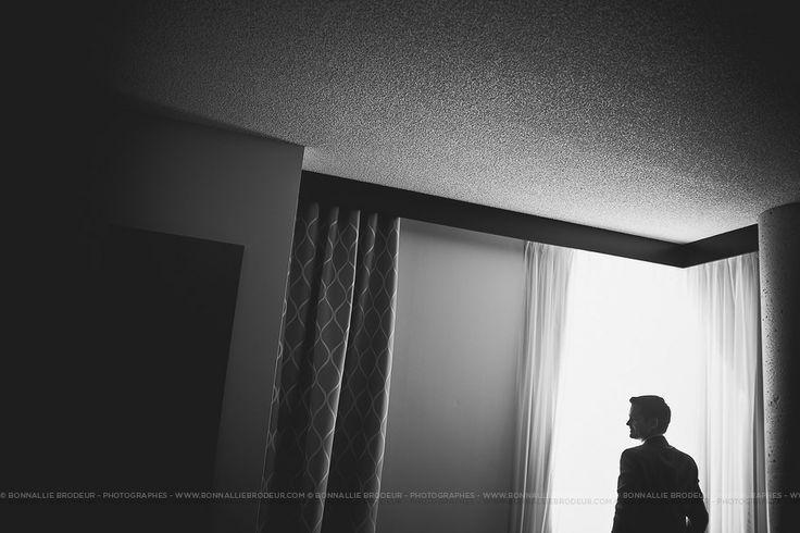 L'attente du marié, Mariage bleu à l'auberge des Gallant Photographe de mariage haut de gamme / Fine Art Wedding photographer à  Montréal et International - Bon...