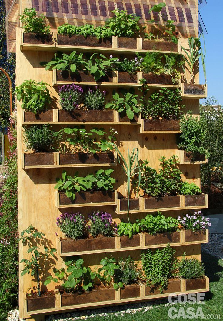"""meraviglia fattibile! parete in legno con """"mensole"""" costrute sulla misura dei vasi che trovo. (3 piccoli, 4 medi, 4 grandi) Una parete di aromatiche in balcone - Cose di Casa"""