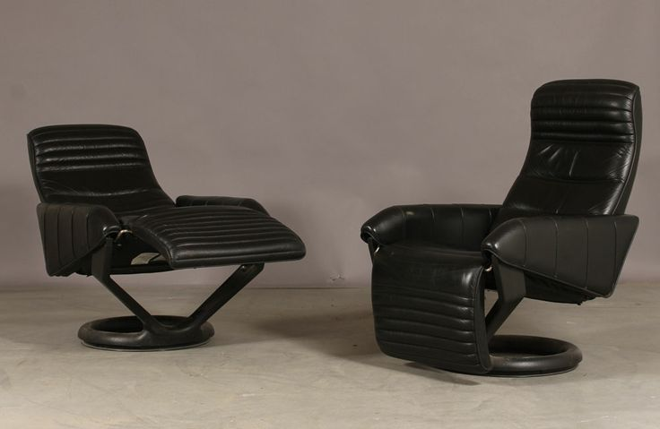 Designed in 1982, using the Body-Balance system which was invented by Steen Ostergaard. Fly away… These Lounge chairs makes your dreams of floating design and great comfort come true. The ideal Home-Cinema lounge chair. This design is unique with the function of the foot part. The benefit from this is more space in the room compared to a free standing footrest. It is based on a steel frame with springs covered with molded polyurethane foam.