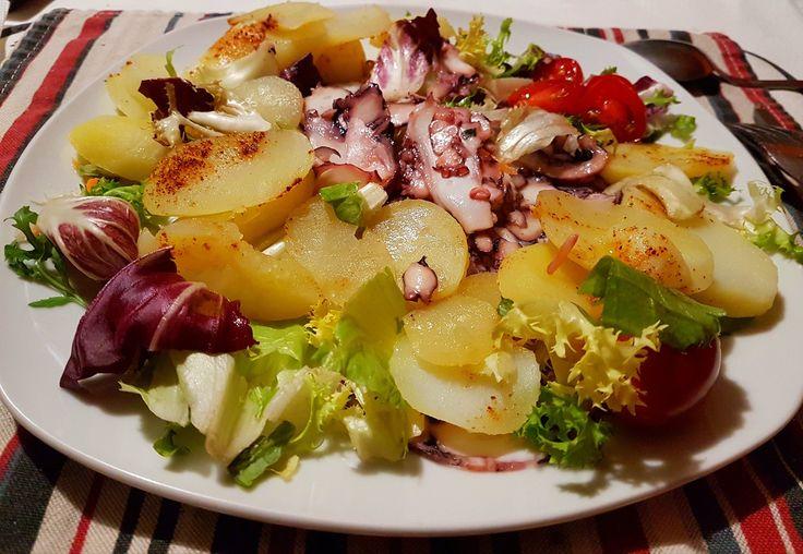 Un'idea per la cena di stasera: insalata di polipo con patate! ;)  COME SI PREPARA: ho usato 200 g di carpaccio di polipo 200 g di insalata mista 3 pomodorini ciliegia 250 g di patate bollite CONDIMENTO succo di limone (quanto basta) olio di oliva ext. 1 cucchiaino peperoncino (quanto basta)   #dbmadmethod #personaltrainer #flexiblediet #nbfi2017