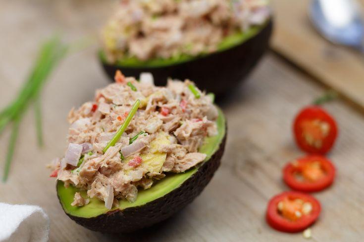 Oké, dit moet je echt een keer maken. Deze gevulde avocado met tonijn is naast dat 'ie heel erg lekker is, ook nog heel gezond. Dus in plaats van tonijnsalade op je brood te smeren, doe je de vulling lekker in een avocado.