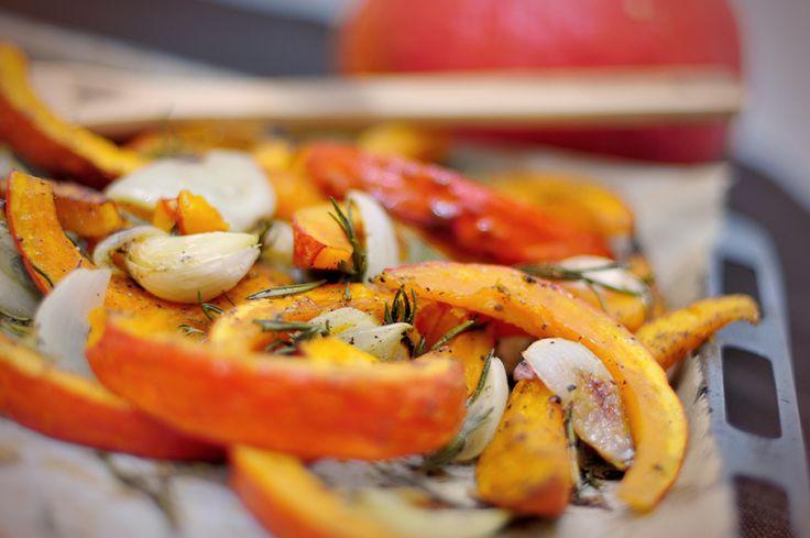 Gegrilde pompoen uit de oven Pompoen - 1 pompoen van ongeveer 1 kilo  Knoflook - 1 bol  Verse rozemarijn - 3 takjes  Olijfolie - 5 eetlepels  Citroensap - 1 eetlepel