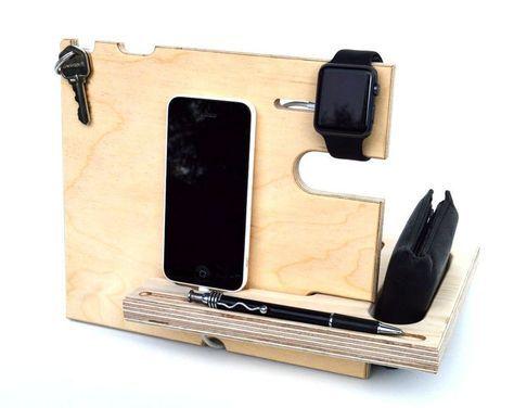 Das perfekte Weihnachtsgeschenk für Männer, die alles haben. Nicht nur ein Dock für Ihr Handy, sondern auch eine docking-station für Ihre Brieftasche, Uhren, Schlüssel, Stift, Gläser, etc.. Einfache Montage und ideal für Reisen.  The Catchall™ soll einen Ort für mehrere Positionen bieten. Es verfügt über Steckplätze für Schlüsselanhänger, Brillen, Sonnenbrillen, Halsketten, Armbänder, Bluetooth-Kopfhörer oder Kopfhörer. Es kann verwendet werden, um Ihr Telefon während des Ladevorgangs Wiege…