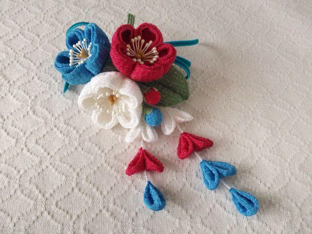 〈つまみ細工〉藤下がり付き梅三輪とベルベットリボンの髪飾り(白と紅梅と浅葱色)
