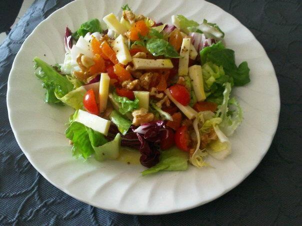 Ensalada con lechuga, tomates cherry, queso, nueces y orejones. #salad.
