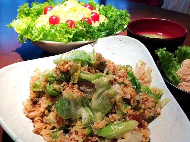 作り置きの煮豚の表面に固まったラードと煮汁を利用してチャーハンを作りましたヾ(@⌒ー⌒@)ノ レタスたっぷり、肉はちょっぴり(笑)  あとは、 お弁当の残りのマグロの竜田揚げ、 じゃがいもとニラの味噌汁、 春キャベツのサラダ でございます( ´ ▽ ` )ノ - 9件のもぐもぐ - レタスチャーハン by misa5311