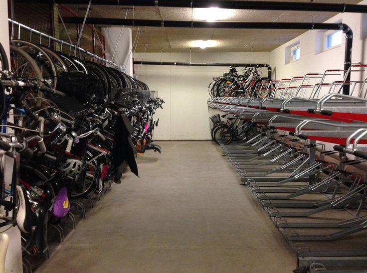 Förvara cyklar i två plan för att få plats med fler cyklar i cykelrum