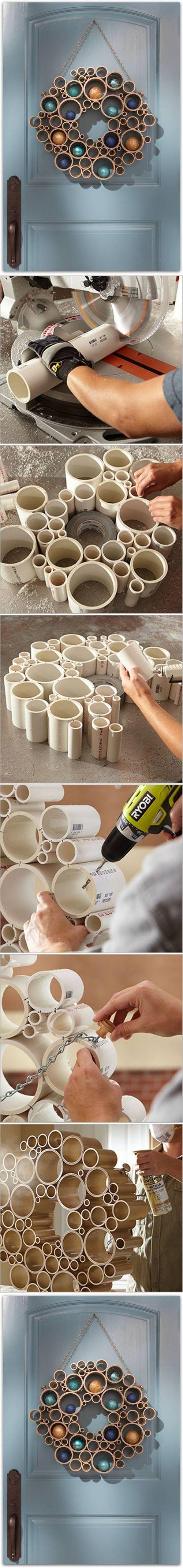 Decor- Preparar una corona con cartones de papel de WC varios tamaños, cartones de papel alumino, diferentes diámetros ... pintar de dorado y decorar con motivos navideños.