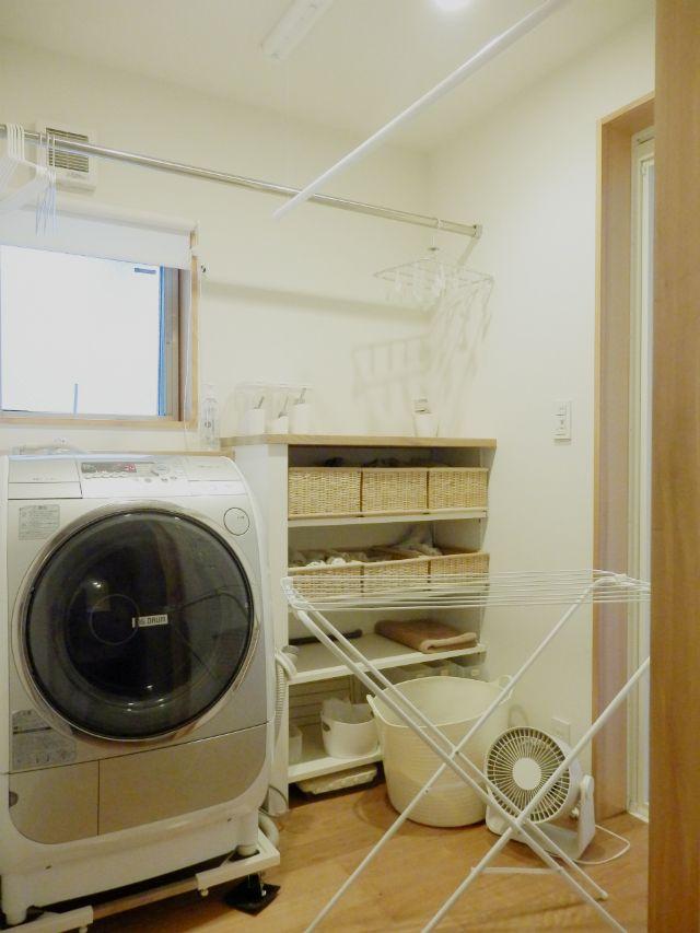 ふだん外に干している洗濯物をすべて部屋の中に干すには結構スペースが必要です。実際にどのくらいのスペースが必要なのか? 現在の洗濯物の量と室内干し能力とを比較しながら室内干しグッズを考える過程をご紹介します。
