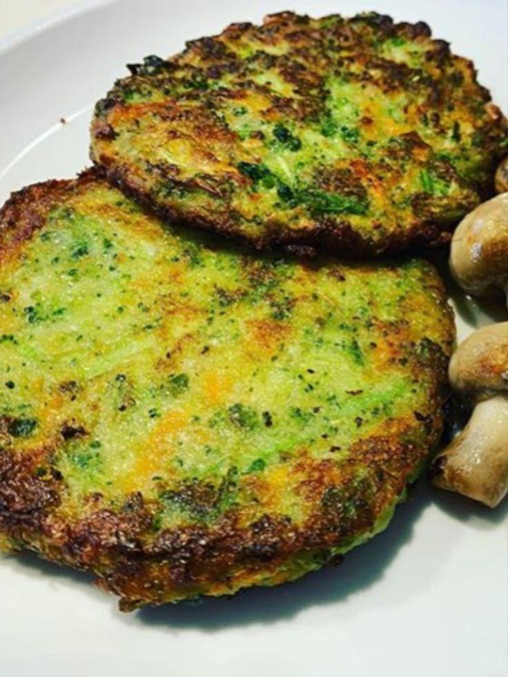 ¿QUIERES APRENDER MÁS RECETAS DE FORMA DIFERENTE?. Estas #Hamburguesas de Brócoli son una buena idea para cambiar la forma de cocinar el #brocoli. Así las comidas no volverán a ser siempre aburridas. #Hamburguesas #recetasfaciles #recetascaseras #salud #nutricion #comidasana #comidasaludable #recetasaludable #entrantes #recetasveganas #veganas Yummy Healthy Snacks, Healthy Soup Recipes, Kitchen Recipes, Vegetable Recipes, Vegetarian Recipes, Go Veggie, Health Dinner, Vegan Foods, Going Vegan