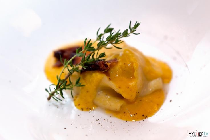 Raviolo alla carbonara di mare: raviolo ripieno con una tartare di scampi con sopra uno zabaione di tuorlo d'uovo salato con bottarga di tonno e della pancetta croccante