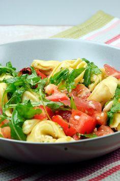 Mediterraner Tortellinisalat mit Rucola, Serranoschinken und getrockneten Tomaten