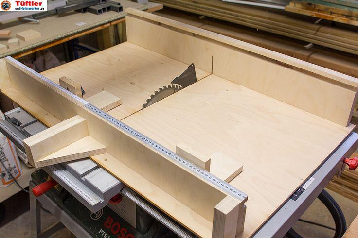Auch eine gute Tischkreissäge wie die Bosch PTS10* machteigentlich erst durch einen Schiebeschlitten richtig Spaß. Mit einem Schiebeschlitten lassen sichPlatten, Bretter oder auch Leisten wesentlich genauer, schneller und bequemerrechtwinklig sägen. Auch kleinere Teile lassen sich damit wesentlich genauer und bei richtiger Anwendung auch sicherer sägen. Schiebeschlitten für die Tischkreissäge schnell selbst gebaut Ein Schiebeschlitten läßt […]