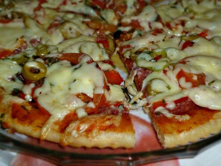 Кажется, что пиццу любят все, ведь в начинку можно положить всё по своему вкусу. А это универсальное тесто послужит для неё замечательной основой. Готовьт
